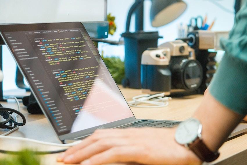 Imagen representativa de una pantalla con código de programación